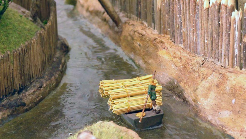 Détail d'une barque circulant dans les douves de la motte castrale au 1/72/