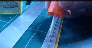 Assemblage chenilles maillons par maillons T34/85 Dragon. On colle les mailllons à la colle maquette extra fluide.