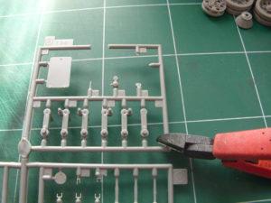 On fait baisser la tension mécanique de la grappe en sectionnant cette dernière à l'aide d'une pince coupante.