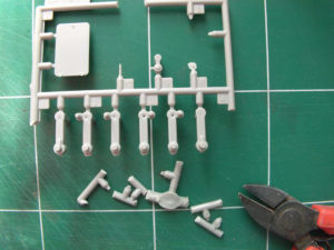 On libère les pièces des parties de grappes préalablement coupées.