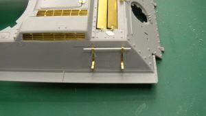 Fixation de la barre de maintien des réservoirs du T34/85 sur la caisse Dragon.
