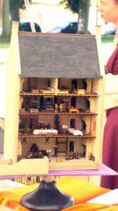 Maquette d'une ville médiévale au 1/72 et détails de l'aménagement intérieur.
