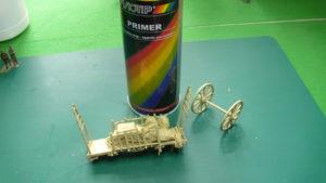 La maquette reçoit un apprêt avant les opérations de peinture.