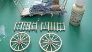 Peindre le bois au 1/35 à partir d'une couche sable puis d'un lavis gris clair.