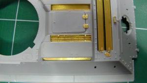 Mise ne place des grilles (option 2) Voyager Model sur la caisse du T34/85 Dragon.