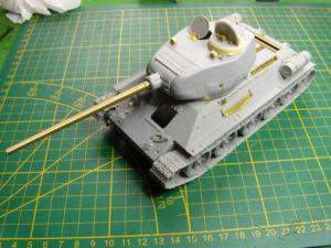 La caisse du T34/85 reçoit sa tourelle.